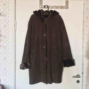 Sååå mysig vintage jacka i 70's style! Materialet liknar mocka men står att den är gjord i polyester. Riktigt mysigt fuffligt/lent innertyg. OBS! Jackan är grööön och innerfodret är brunt (se sista bilden)