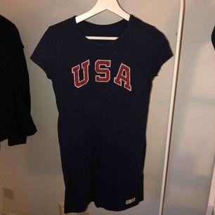 En t-Shift klänning från Ralph Lauren i storlek M men sitter som en S.