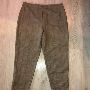 Storlek: 42, petite.   Rutiga byxor från Bohoo som aldrig är använda (lappen är kvar) i brun/svart och röd.   100 kr + frakt 🥰