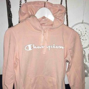 fin hoodie från champion, säljes för att den inte används, strl S i fint skick, använd max 3 ggr. Fraktkostand tillkommer.