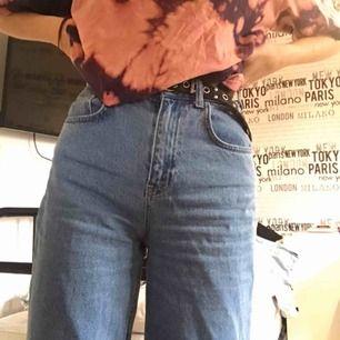 Ett par vida jeans som tyvärr är lite för stora för mig runt midjan o låten:( Använda men fortfarande i superskick💚Skriv för mer bilder🌎frakt tillkommer på endast 30 kr då jag betalar halva fraktkostnaden:)