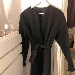 Uniqlo grå kappa