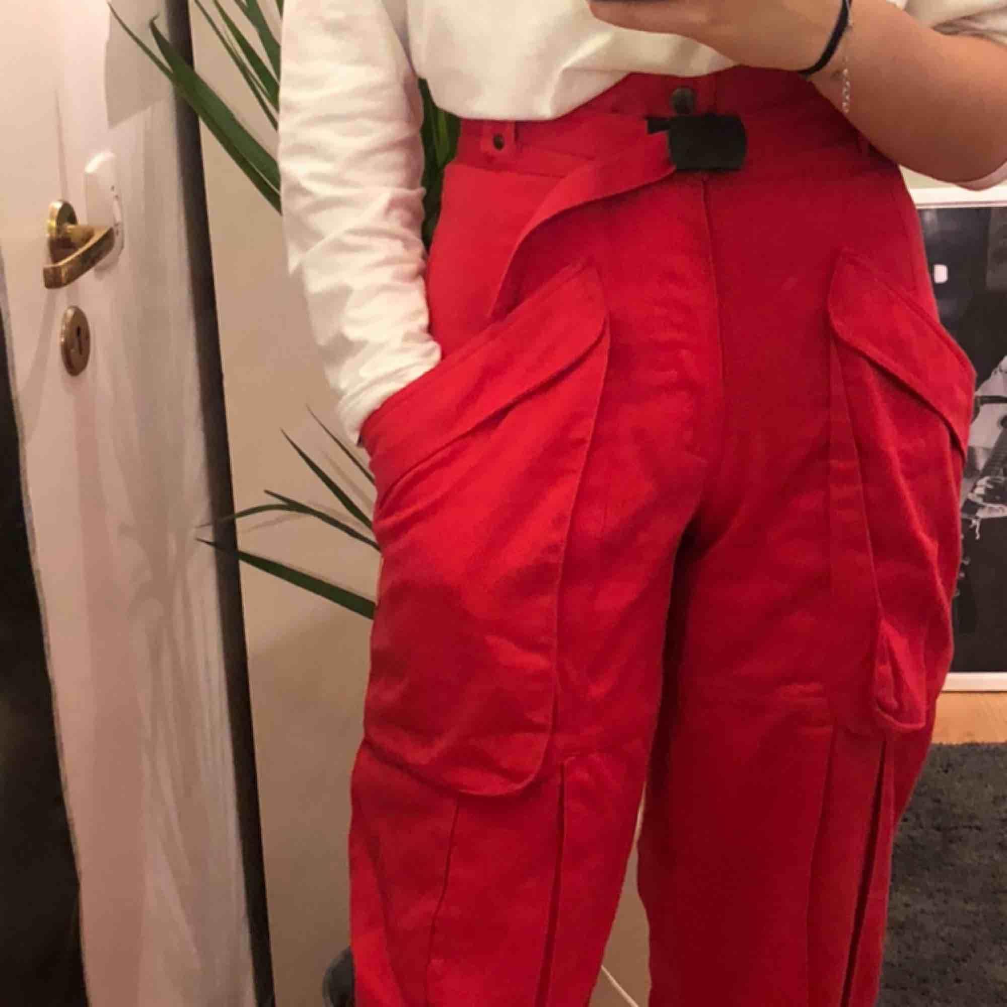Ett par fina röda byxor inköpta second hand för ca 6 månader sedan. Använda ett fåtal gånger, säljer pga för lite användande!  Väldigt fint skick och sköna. Jeans & Byxor.