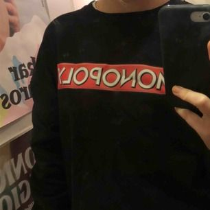 Sweatshirt från Zara! Mysig nu inför hösten🍂 coolt tryck och skön inuti