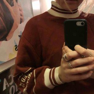 Väldigt fin sweatshirt inköpt på Zara. Åtdragningsbar i midjan med ett band. Fin höstfärg😁