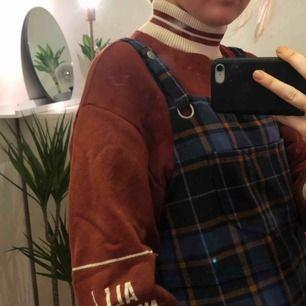 Hängselklänning från Monki. Fin till sommarn men även nu på senhösten:)
