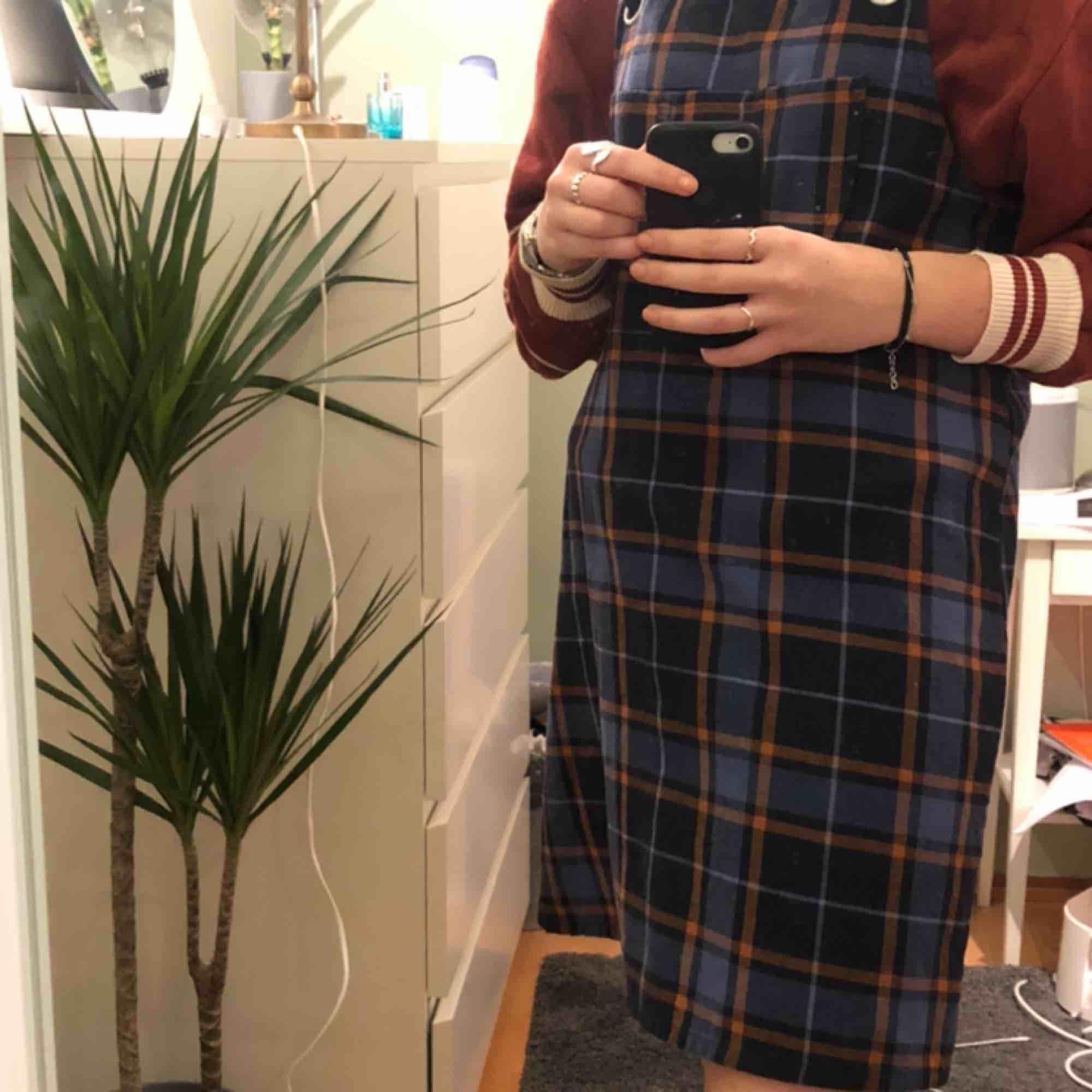 Hängselklänning från Monki. Fin till sommarn men även nu på senhösten:) . Klänningar.