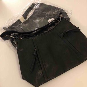 Finns två styckna i svart!!skriv för intresse! Säljs separat! Köparen står för frakten!!!