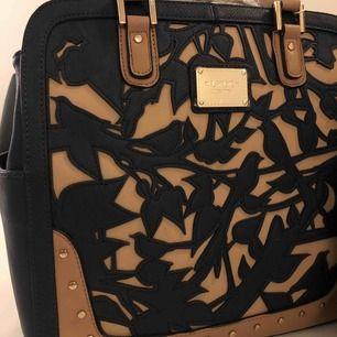 Aldrig använda!!finns i svart och blå! I den blåa finns det en väska och i den svarta färgen finns det två!köparen står för frakt