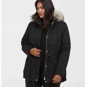 Vinterjacka i svart, använt bara en vinter. Säljer pågrund den kommer inte till användning. Väldigt fin med luva på och man kan ta bort det också! Frakt ingår ej så 260kr