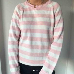 Vitt och rosa randig stickad tröja. Köpt här på plick men aldrig fått användning för den. Kan mötas upp i Stockholm annars står köparen för frakten! (Bildens är tagna från tidigare säljare)