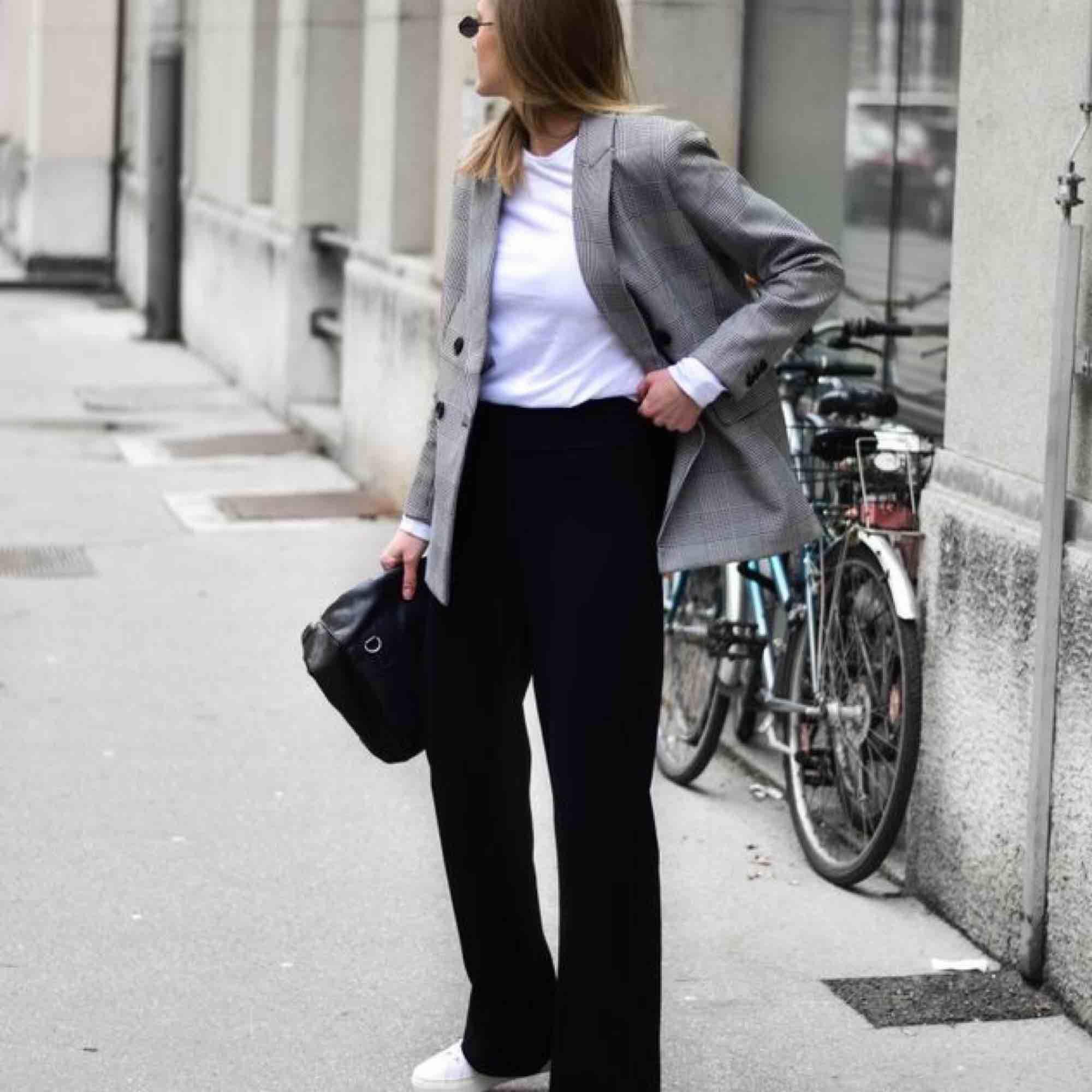 Svarta mjuka byxor/kostym, väldigt snyggt.  Kontakt för mer bilder! Inkl frakt. Jeans & Byxor.