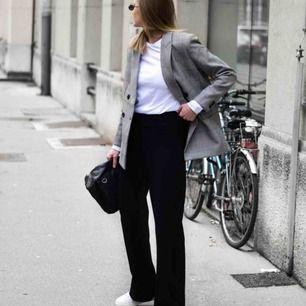 Svarta mjuka byxor/kostym, väldigt snyggt.  Kontakt för mer bilder! Inkl frakt