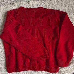 Supermysig röd stickad tröja som passar till svalare väder :)