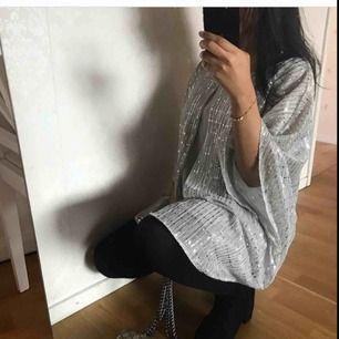 En väldigt fin klänning från EVANS, den är köpt från Dubai och kostar 279 dirhams vilket blir 746 i kronor. Säljer den för 374 och frakt ingår ej. Oanvänt och lappen finns kvar, DM för fler bilder!! (Kan användas som blus om du har 46 i storleken!)