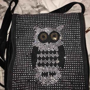 Säljer min snygga oanvända väska med väldigt snygga glittriga detaljer som liknar en Uggla. Frakt tillkommer