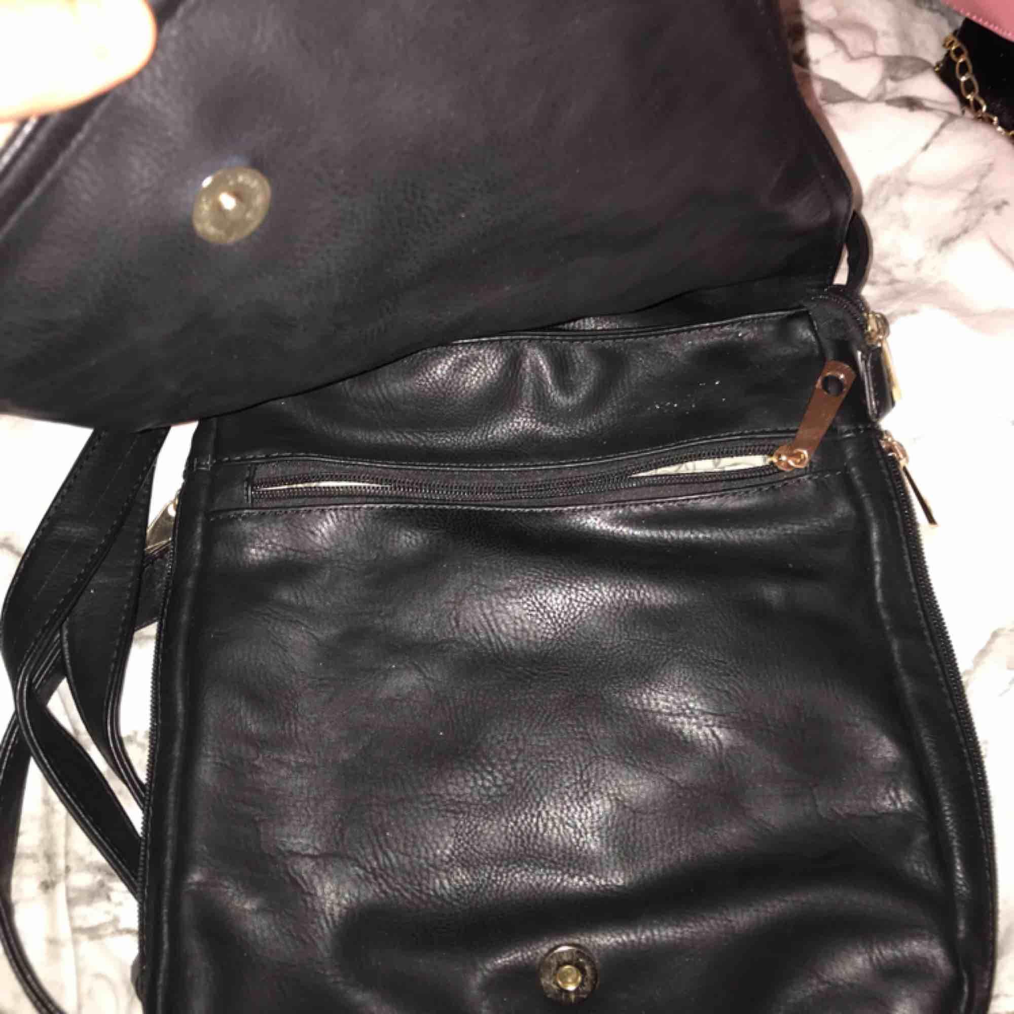 Säljer min snygga oanvända väska med väldigt snygga glittriga detaljer som liknar en Uggla. Frakt tillkommer . Accessoarer.