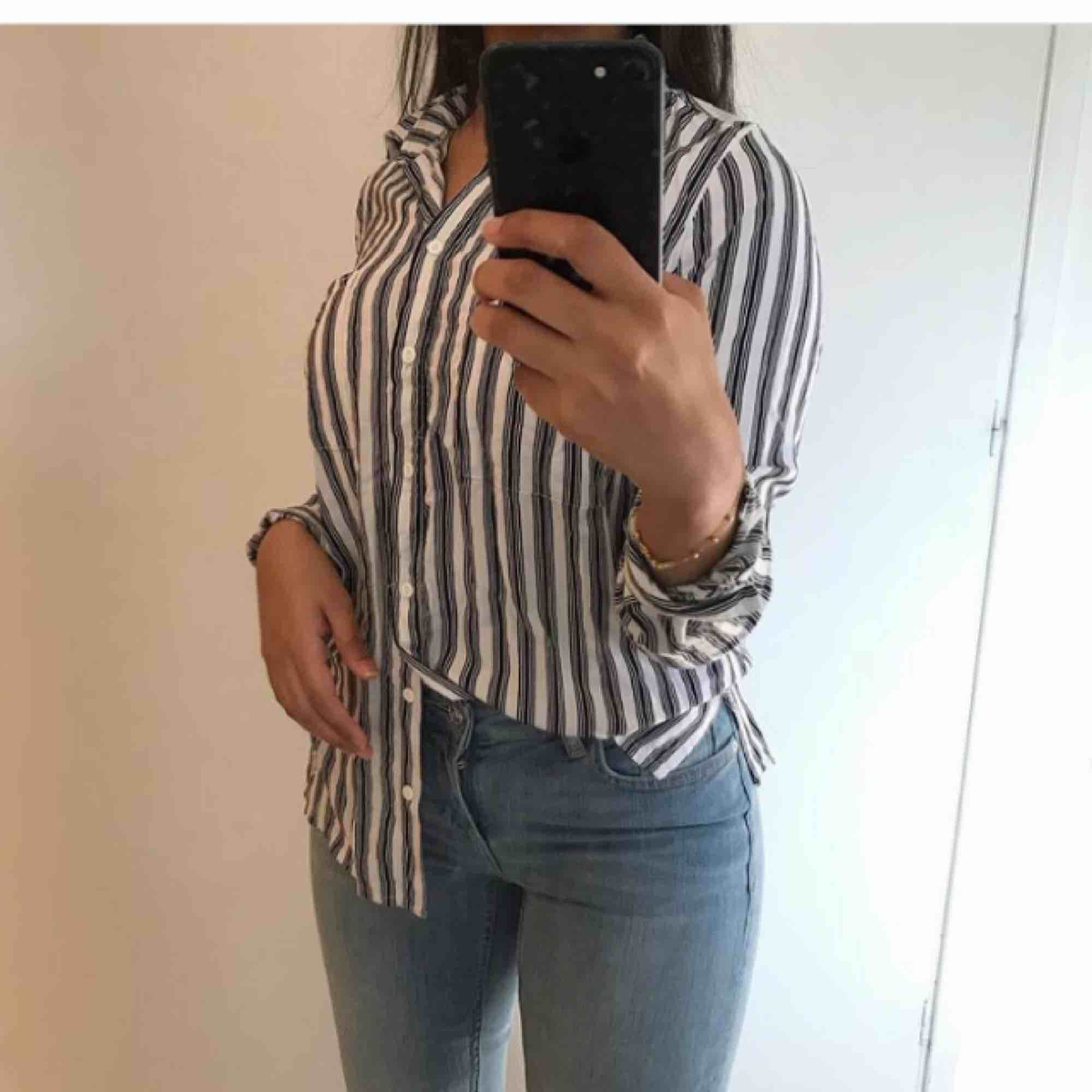 En mjuk skjorta i stl 38 men passar bra i 34/36. Säljs pågrund av för liten för mig. Frakt ink!. Skjortor.