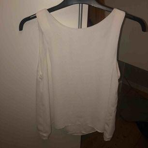 Superfin vit blus ifrån Zara, kommer inte till användning och är i superfint skick!