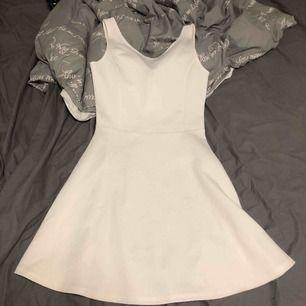 En söt klänning, väldigt simpel från typ H&M. En klänning med spets & öppen rygg som sitter lite tightare vid låren från only. Storlek 34 båda två. Säljes för att de inte passar längre. 50kr för båda.