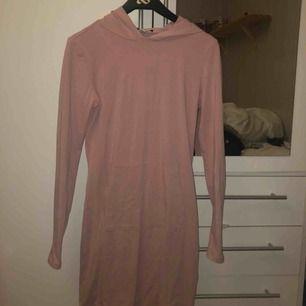 Smutsrosa hoodieklänning från nelly. Toppskick endast använd en gång! Passar nog S också eftersom den är stretchig🥰 köpt för 400kr