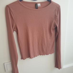 Rosa croppad och ribbad tröja i storlek s från H&M. Kan skickas annars finns i Malmö. Frakt 42kr