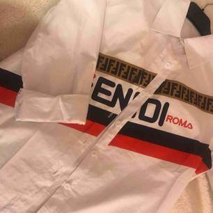 Säljer min fendi skjorta pga jag aldrig använder den.  Ej äkta dock bra kopia, köptes för 899kr och har använt den 2 gånger.  Frakt tillkommer!