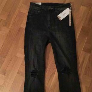 High waisted, skinny, ankle length jeans svarta med hål på knäna från H&M ej använda