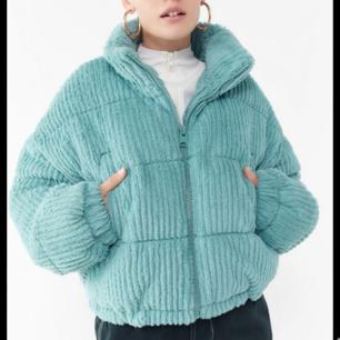 Jättefin mysig havsblå vinterjacka från Urban Outfitters. Kan tänka mig att gå ner i pris vid snabb affär!🦋  Nypris: 699kr Mitt pris: 300kr  Tar Swish!