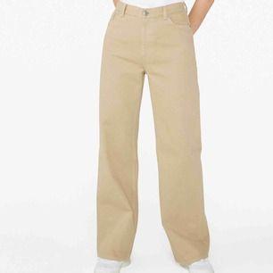 Riktigt snygga Beiga Yoko jeans från monki. Storlek W25. Använda flera gånger men dom är i väldigt bra skick! Byxorna är köpta på monki för 400kr