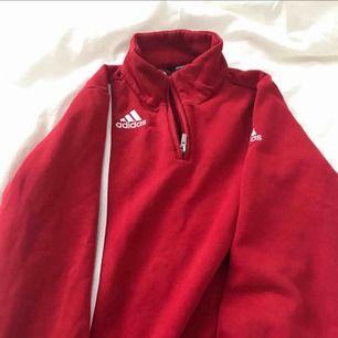 Superfin röd lite tjockare sweater/tjocktröja. Köpt på PLICK, säljer vidare då den var för liten för mig tyvärr :(