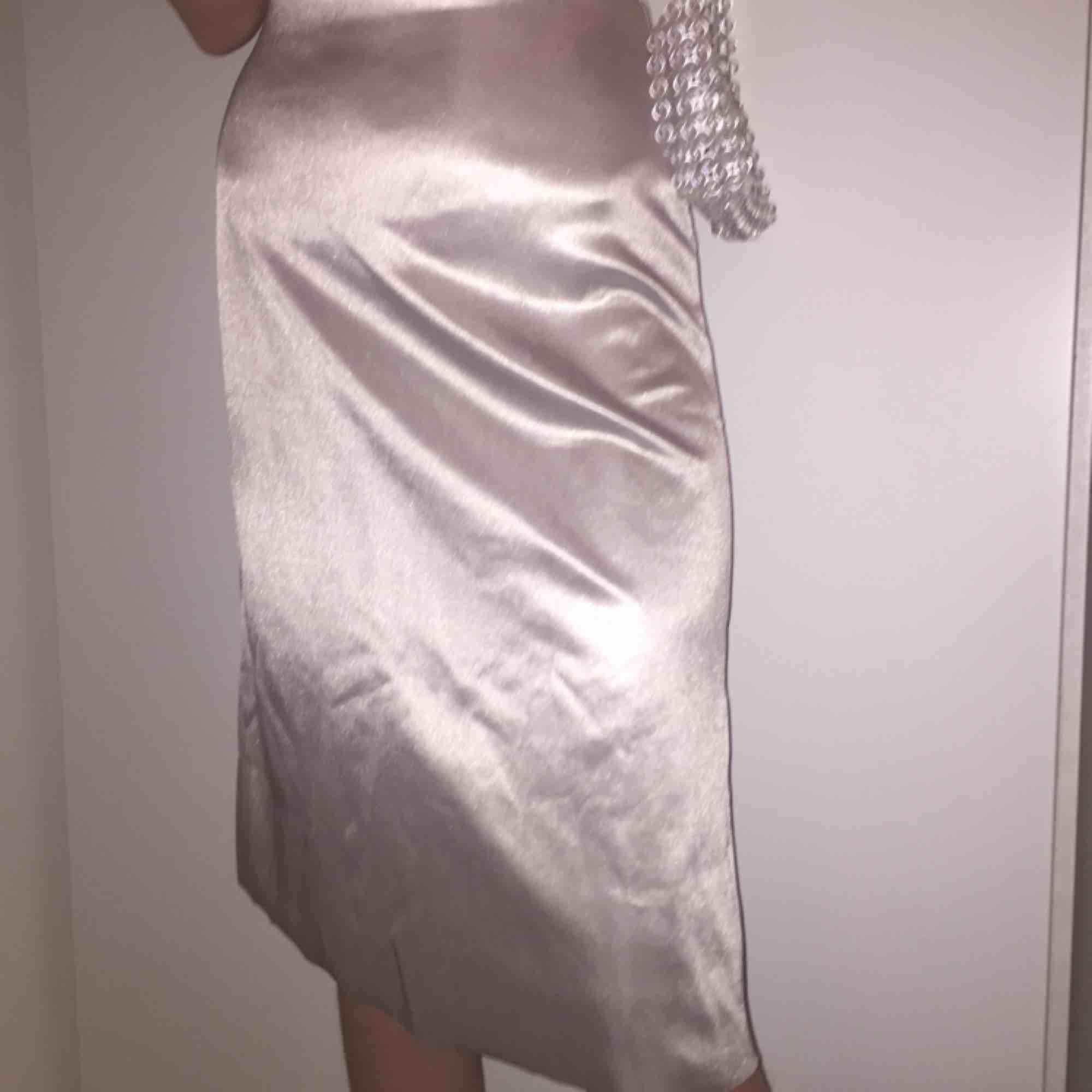 """Sjukt snygg """"siden""""kjol i grå/beige/vit nyans, knappt använd. Kjolar."""