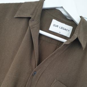 Our Legacy raw silk skjorta. Fin grön skjorta i råsiden. Strl 46.