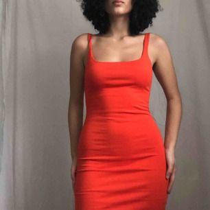 Bodycon dress från Zara i drömfärgen 🥰 Sitter ner till mina knän (är 165cm) Lite knottrig pga feltvättad men knappt använd, har en slit på baksidan; se bild 3 💌 Frakt är inkluderad!