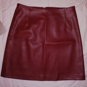 Mörkröd kjol, använd 1 gång. Säljer pga använder inte :)