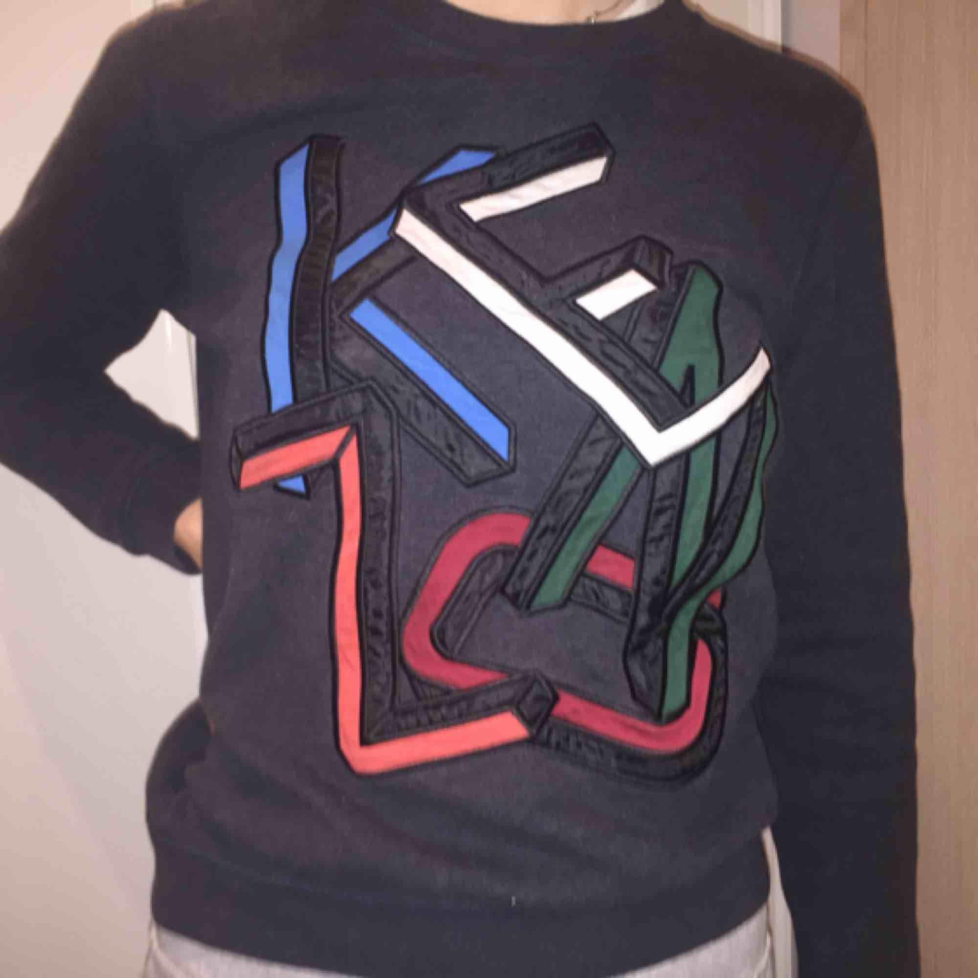 Unik Kenzo tröja som jag köpte second hand i Los Angeles förra året. Passar S och XS. Sjukt originell och cool. Huvtröjor & Träningströjor.
