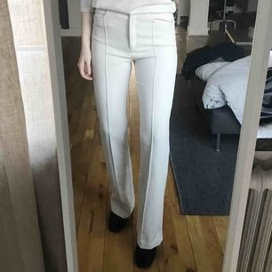 Oanvända benvita byxor från H&M Trend i strl 36. Mjuka, sköna och sitter som en smäck✨ Superfina men inte kommit till användning! Frakt 59kr