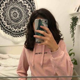 Hej! Säljer nu denna fina tröja från hm. Den är i storlek XS och är i bra skick. Kan mötas upp i göteborg, köparen står för frakt. ( går inte ner i pris eftersom den kostade runt 200kr när jag köpte den)