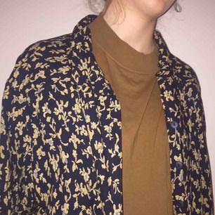Fin oversized kortärmad skjorta som går att styla på massa olika sätt.👏