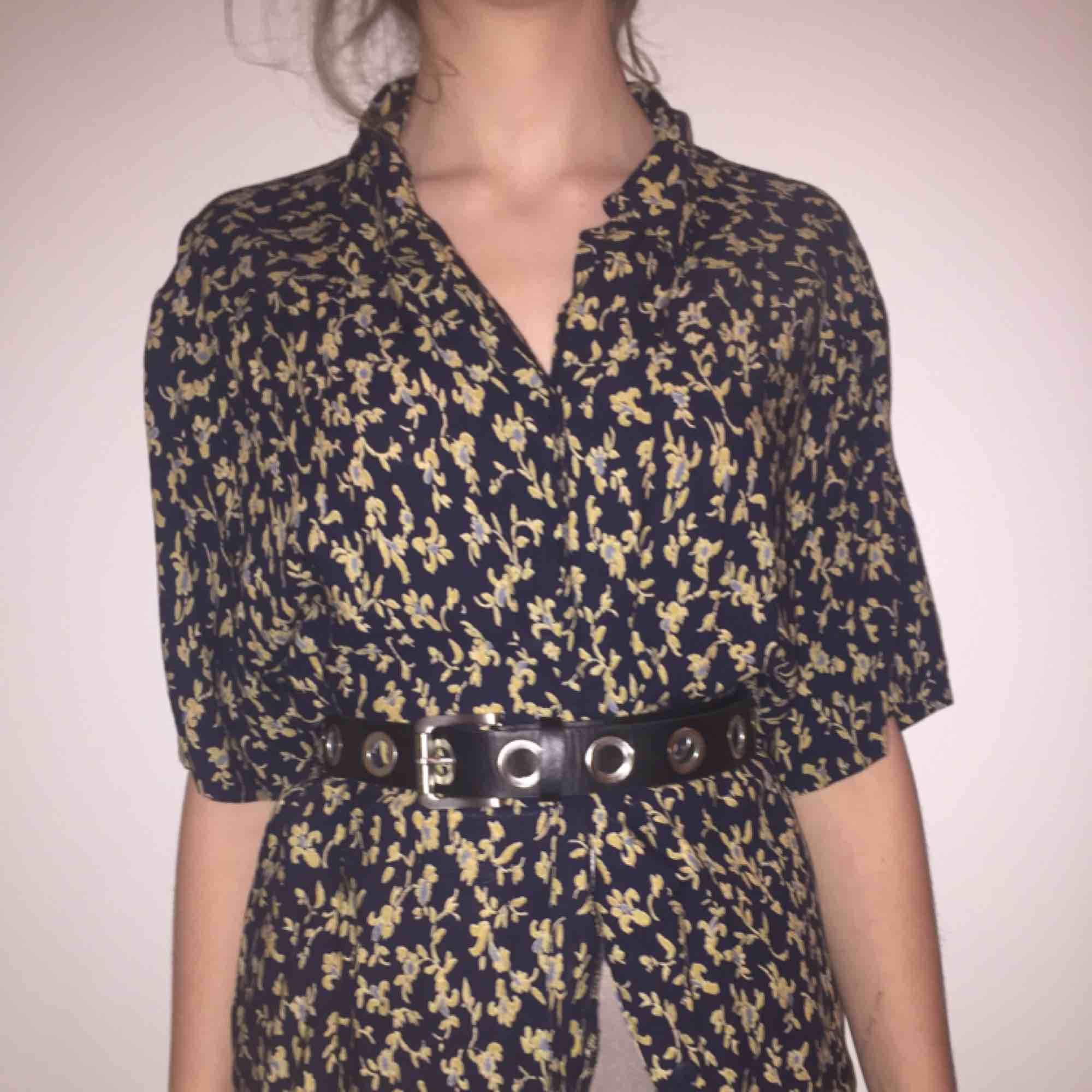 Fin oversized kortärmad skjorta som går att styla på massa olika sätt.👏. Skjortor.