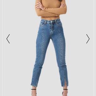 Mid slit jeans från NA-KD. Endast använda 2 ggr.