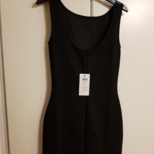 Tight svart klänning i strl XS. Oanvänd
