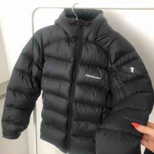 Helt ny peak jacka! Säljs pågrund av fel storlek. Skickar egna bilder vid intresse. Priset kan diskuteras! Nypris 4000 kr