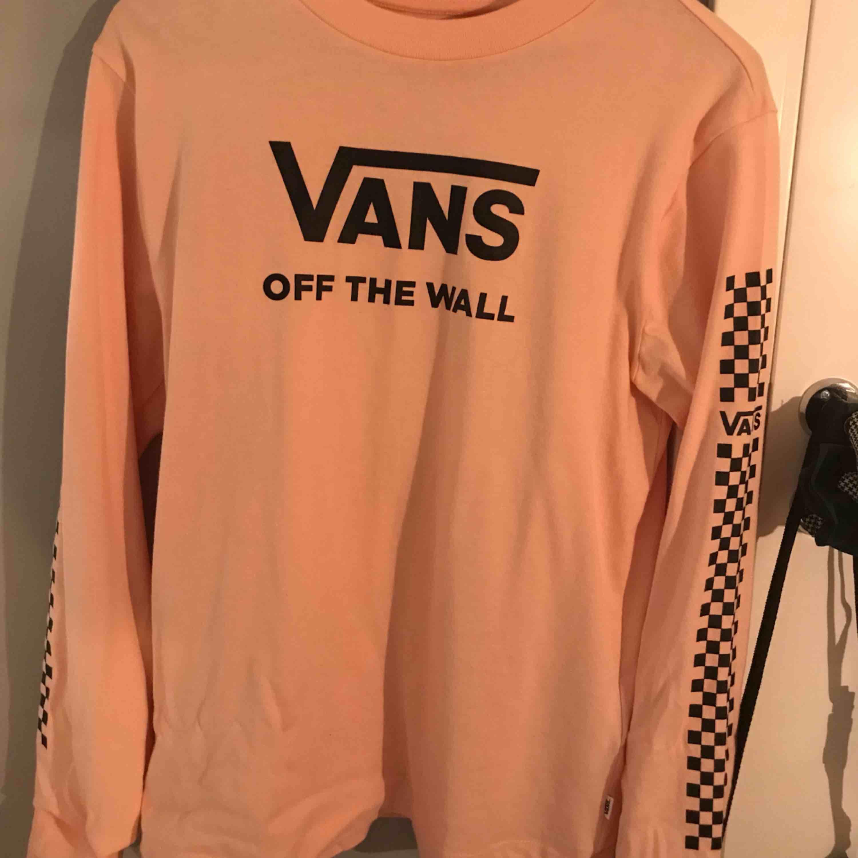 aldrig använt, därav samma pris som när den köptes. långärmad tröja från VANS i en ljusrosa färg. Huvtröjor & Träningströjor.