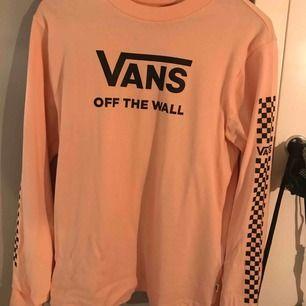 aldrig använt, därav samma pris som när den köptes. långärmad tröja från VANS i en ljusrosa färg
