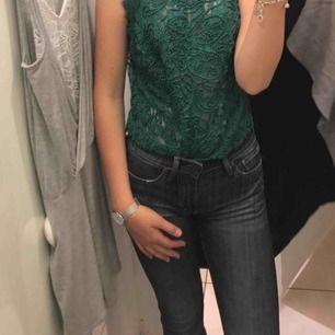 Jättefina bootcut jeans ifrån crocker. Mina favoritbyxor men passar mig tyvärr inte längre. Dem är ganska små i midjan. Eftersom dem inte passar mig längre kan jag inte visa dom på därav dom halvbra bilderna :)