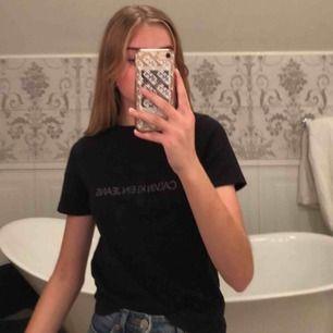Calvin Klein T-shirt som användts ett fåtal gånger. Bra skick men säljer pga att ja inte använder den:)