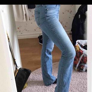 FÖRSTA BILDEN ÄR LÅNAD! Säljer en liknande modell (715 är oskildrig skillnad på jämfört med byxan som visas),  helt oanvända levis bootcut jeans då dessa inte var min storlek. Passar någon som är cirka 165-170cm lång. Frakten ligger på 59kr
