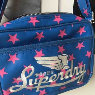 En skitcool väska från Superdry Inte använd, väldigt fint skick