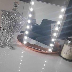 En super bra spegel när man ska ficksa sig och lamporna är så himla starka och bra🥰